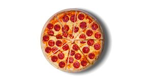 En video av den rörande bakgrunden skivar peperonipizza footage lager videofilmer