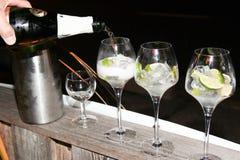 en vidrios de un restaurante de la barra de alcohol que es servido con el vino blanco del champán fotografía de archivo libre de regalías