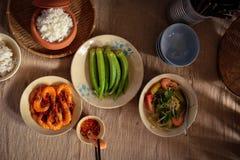 En Vietnam, las comidas de la familia con muchos comida vietnamita tradicional han sido una de las características culturales úni Fotografía de archivo
