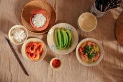 En Vietnam, las comidas de la familia con muchos comida vietnamita tradicional han sido una de las características culturales úni Imagen de archivo libre de regalías