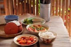 En Vietnam, las comidas de la familia con muchos comida vietnamita tradicional han sido una de las características culturales úni Fotografía de archivo libre de regalías