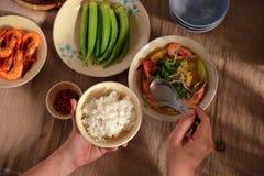 En Vietnam, las comidas de la familia con muchos comida vietnamita tradicional han sido una de las características culturales úni Imágenes de archivo libres de regalías