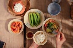 En Vietnam, las comidas de la familia con muchos comida vietnamita tradicional han sido una de las características culturales úni Imagen de archivo