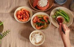 En Vietnam, las comidas de la familia con muchos comida vietnamita tradicional han sido una de las características culturales úni Foto de archivo libre de regalías