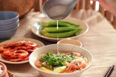 En Vietnam, las comidas de la familia con muchos comida vietnamita tradicional han sido una de las características culturales úni Foto de archivo