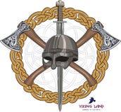 En Viking hjälm, korsade yxor och ett Viking svärd i en krans av den skandinaviska modellen Royaltyfri Bild
