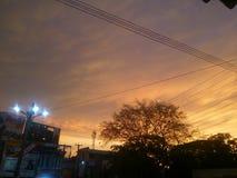 En ville le soleil se couche photo libre de droits