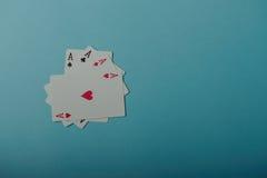 En vinnande pokerhand av fyra överdängare som spelar kort Arkivbilder