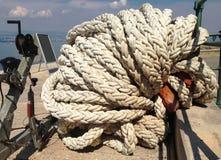 En vinsch av en segelbåt med ett rep sårar upp royaltyfria bilder