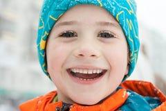 En vinterstående av en pojke arkivfoton