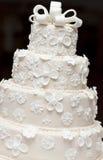 En vit bröllopstårta royaltyfri fotografi
