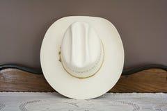 En vit cowboy Hat på en antika kabineda Front View Arkivfoto