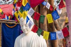 En vit färgmarmorstaty av Lord Buddha, grundare av Buddhishm på den Surajkund festivalen i Faridabad, Indien Arkivfoton
