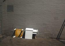 En vit gammal trätabell kastades med grå backgro för tegelstenvägg arkivfoton