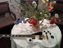 en vit gitarr royaltyfria foton
