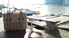 En vit handväska på sjösidan under solnedgång Royaltyfria Foton