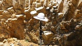 En vit hatt bland steniga stenar för ljus och hög kontrast på marina i Kroatien arkivfoto