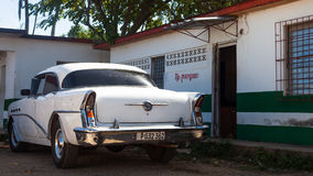 En vit klassisk bil parkerade framdelen av huset Royaltyfri Foto