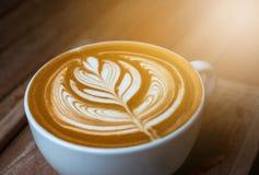 En vit kopp kaffelatte- eller cappuccinokonst Royaltyfri Bild