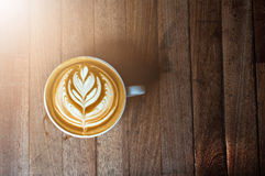 En vit kopp kaffelatte- eller cappuccinokonst Arkivfoto