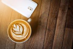 En vit kopp kaffelatte- eller cappuccinokonst Royaltyfria Foton