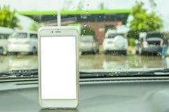 En vit mobiltelefon i bilen Royaltyfria Bilder