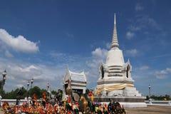 En vit pagod står ut från den blåa himlen i central region av Thailand Royaltyfri Bild
