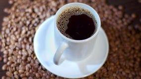En vit rånar fyllt med mörkt svart kaffe som lagas mat i en coffee shop stock video