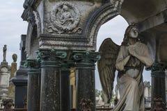 En vit stenängel i minnesmärken på den franska kyrkogården Royaltyfri Foto