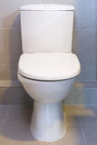 En vit toalett Arkivfoton
