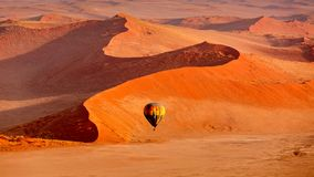 En vol par le ballon à air chaud Sossusvlei images stock