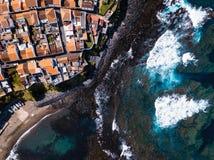 En volant au-dessus du ressac d'océan sur les récifs marchez en ville de Maia d'île de San Miguel, Açores image libre de droits