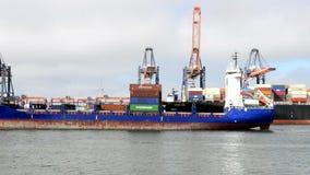 En vrachtschepen die aankomen vertrekken stock footage