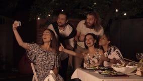En vrienden die selfie dineren nemen stock footage