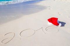 2016 en Vrolijke Kerstmis geschreven op strandwit Royalty-vrije Stock Foto