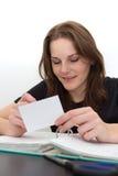 En vrouw die bestudeert glimlacht Royalty-vrije Stock Foto's