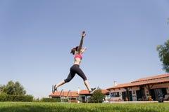 En vrouw die loopt springt Royalty-vrije Stock Foto