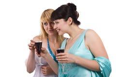 En vrouwen die drinken spreken. royalty-vrije stock foto's