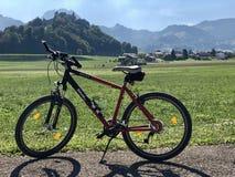 En VTT-cykel och en härlig landskapchâteau de Gruyères arkivfoton