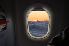 En vuelo salida del sol Foto de archivo