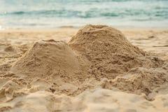 En vulkan som göras av sand på stranden royaltyfri foto