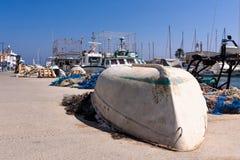 En vulten fiskebåt, på kanten av skeppsdockan, i Cabo de Palos, Murcia, Spanien arkivbild
