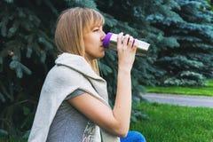 En vuxen flicka som dricker hennes kaffe royaltyfria foton