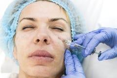 En vuxen kvinna genomgår kosmetisk kirurgi Arkivfoto