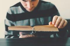 En vuxen man som läser en bok Royaltyfri Foto
