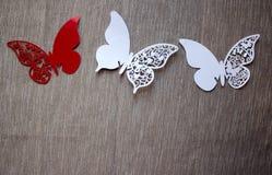 En vykort med fjärilar som isoleras på grå bakgrund Vit och röd fjäril för hantverk royaltyfria foton
