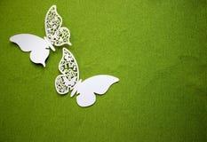 En vykort med fjärilar som isoleras på grön bakgrund Vit fjäril för hantverk arkivfoton