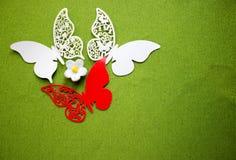 En vykort med fjärilar som isoleras på grön bakgrund Vit och röd fjäril för hantverk royaltyfri foto