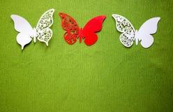 En vykort med fjärilar som isoleras på grön bakgrund Vit och röd fjäril för hantverk royaltyfri fotografi