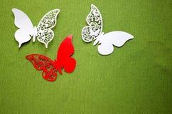 En vykort med fjärilar som isoleras på grön bakgrund Vit och röd fjäril för hantverk royaltyfria bilder